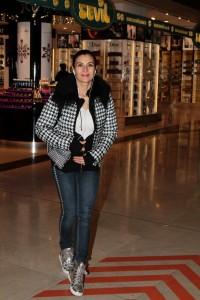 Ünlü oyuncu Hatice Aslan, Trump Alışveriş Merkezi'nde mağazaları gezerken objektif